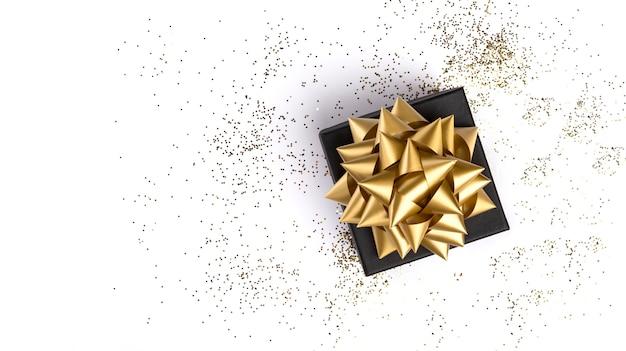 Confezione regalo su sfondo bianco festivo