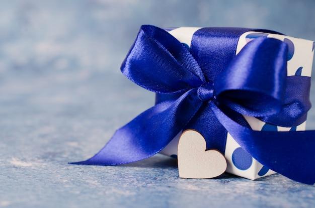 Confezione regalo su sfondo blu. concetto di regali per gli uomini.