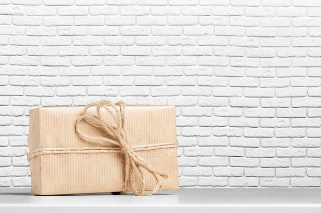 Confezione regalo sul tavolo bianco.