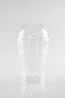 Confezione trasparente per un frullato di gelato o un'insalata da uno spuntino o da asporto