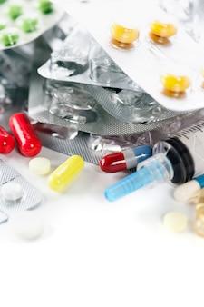 Confezioni di diverse pillole e siringhe