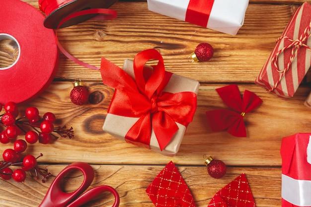 Confezioni regalo con attrezzatura e oggetti decorativi su legno
