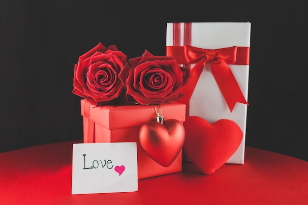 Confezioni regalo con cioccolatini e una nota di amore
