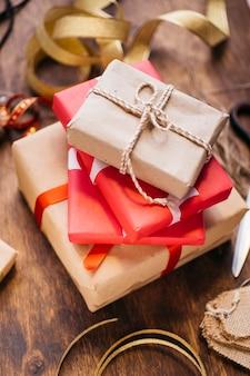 Confezioni regalo con nastri sul tavolo marrone