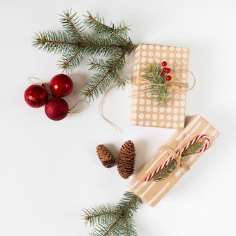 Confezioni regalo con rami di abete verde sul tavolo