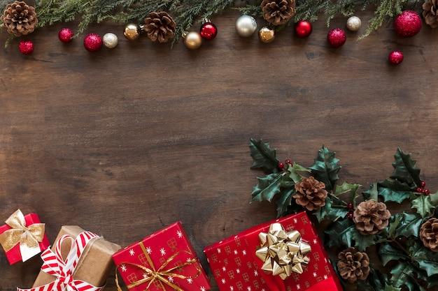 Confezioni regalo con rami di agrifoglio sul tavolo