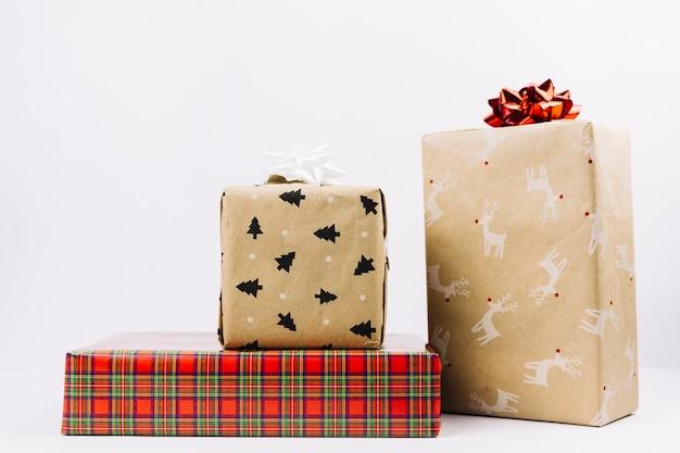 Confezioni regalo di natale con fiocchi