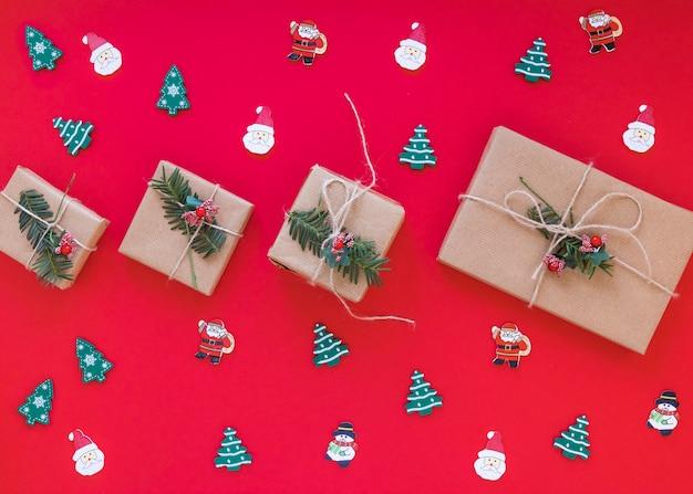 Confezioni regalo di natale con piccoli giocattoli