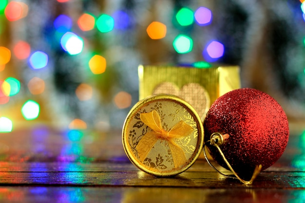 Confezioni regalo sul tavolo di legno, decorazioni natalizie, luci sfocate sullo sfondo