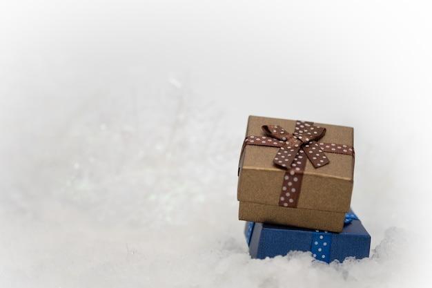 Confezioni regalo sulla pelliccia bianca per il saluto di stagione buon natale o felice anno nuovo