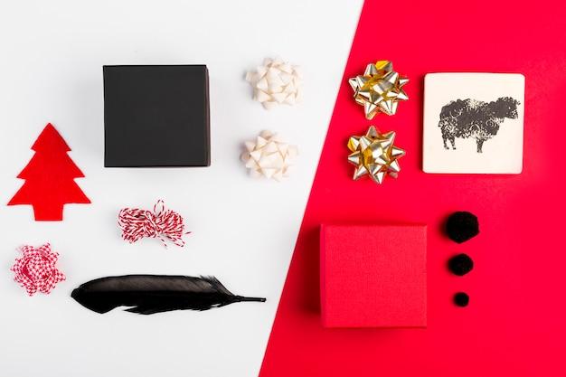 Confezioni regalo vicino a fiocchi, penna, tavoletta di legno e filo