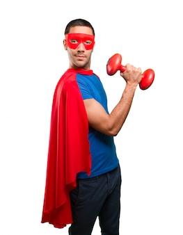 Confido supereroe con un manubrio