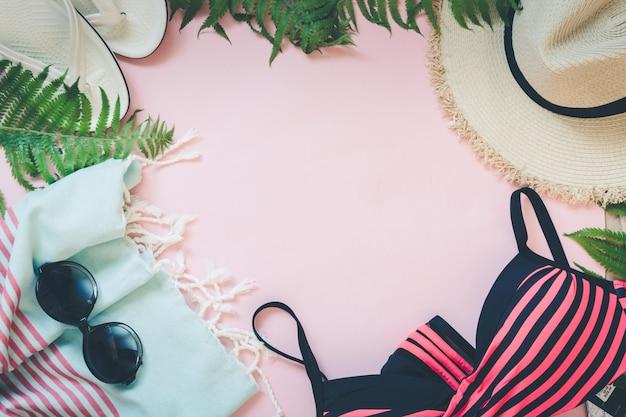 Confine con accessori per la vacanza al mare femminile.