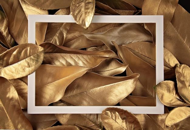 Confine cornice sullo sfondo di foglie d'oro