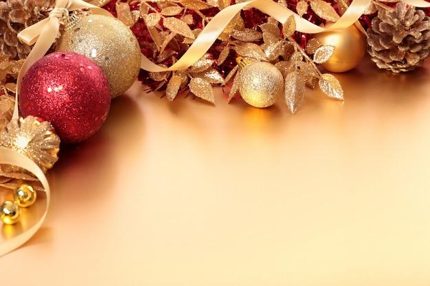 Confine di natale con palline rosse e dorate