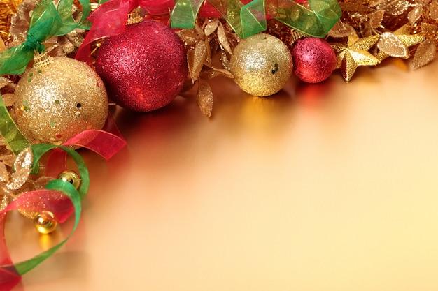 Confine di natale con palline rosse e oro