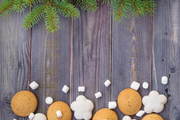 Confine di natale con pan di zenzero, marshmallow e ramo di abete