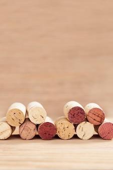 Confini dei tappi per vino su fondo di legno vago con lo spazio della copia.