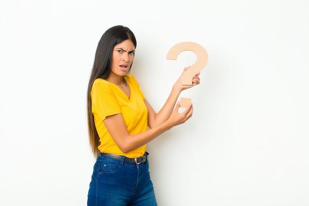 Confuso, dubbioso, pensando, tenendo il? simbolo per formare una parola o una frase.