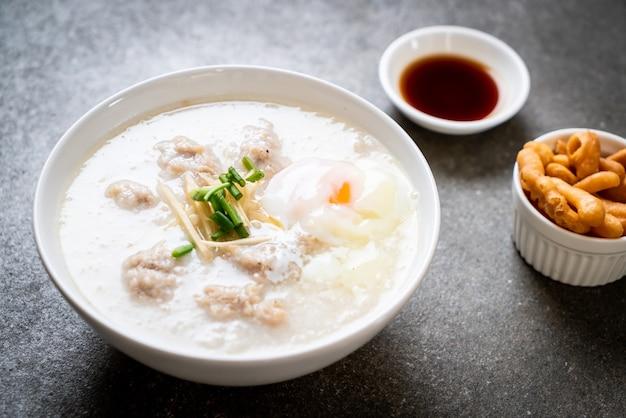 Congee con carne di maiale macinata nella ciotola