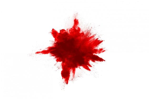Congelare il movimento della polvere rossa che esplode, isolato su bianco