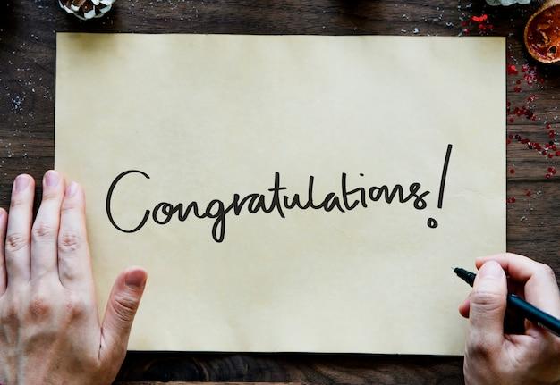 Congratulazioni di testo su una carta gialla