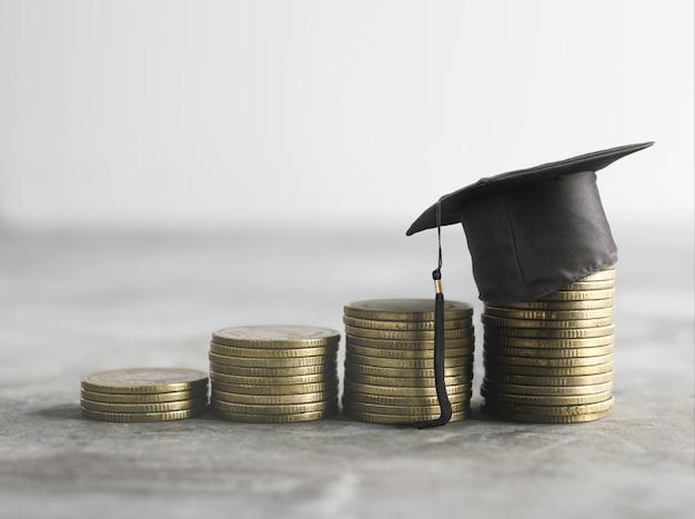 Congratulazioni laureati in cima al concetto di sfondo denaro soldi borsa di studio.