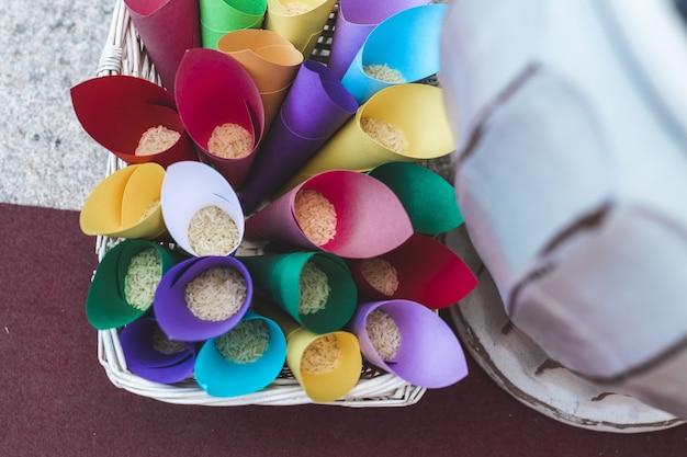 Coni di carta colorati con riso all'interno, per gettarli agli sposi a un matrimonio.