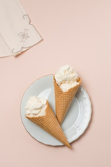 Coni di cialda con gelato sul piatto vicino tovagliolo