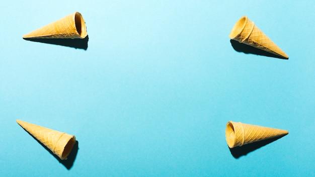 Coni di cialda su sfondo azzurro