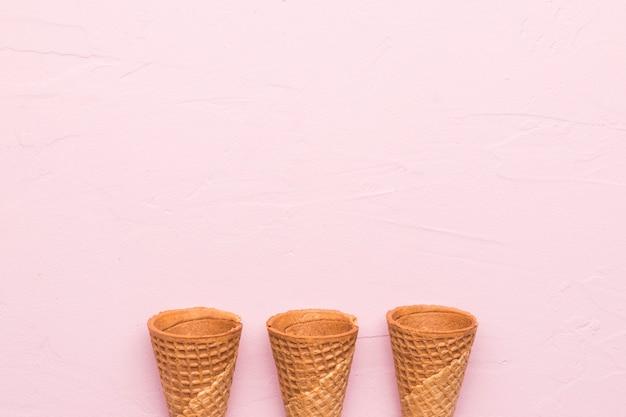 Coni di cialda su sfondo rosa