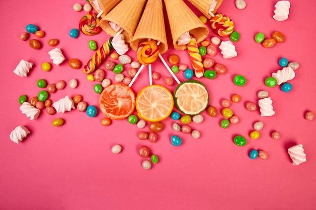 Coni di cialde di gelato con caramelle colorate