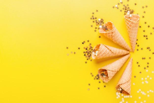 Coni gelato con stelle dorate