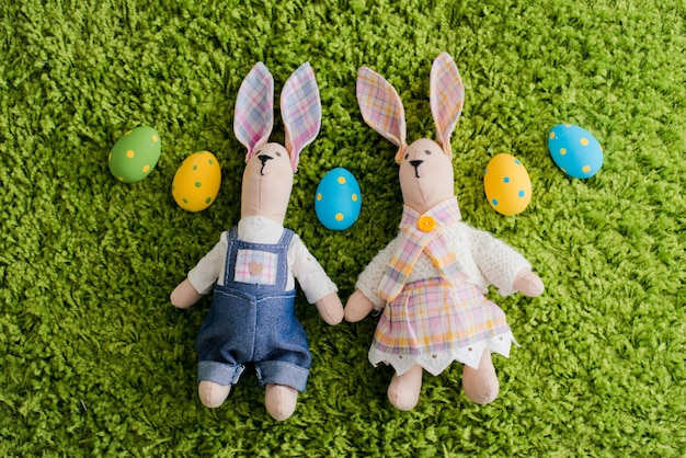 Coniglietto di pasqua e uova sull'erba