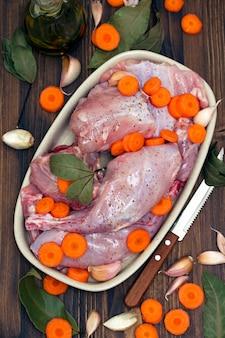 Coniglio crudo con carota sul piatto