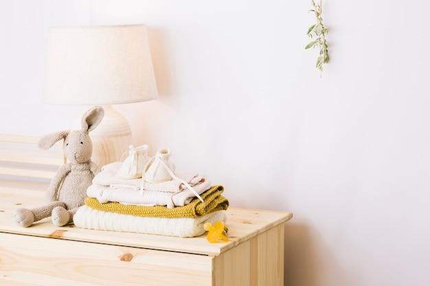 Coniglio giocattolo e coperte in vivaio
