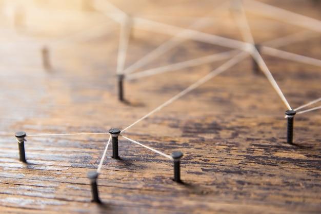 Connessione di reti. rete di simulatore, social media, collegata con filo bianco su legno plank