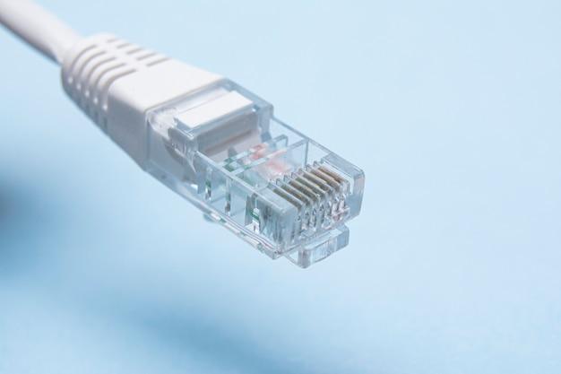 Connettore di rete bianco isolato su uno sfondo blu.