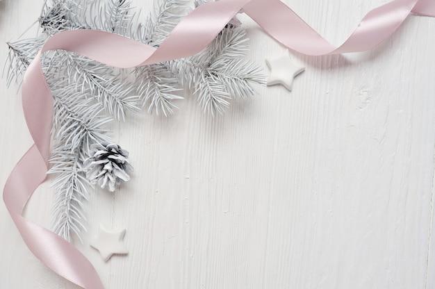 Cono dell'albero di natale del modello e nastro rosa, flatlay su un bianco