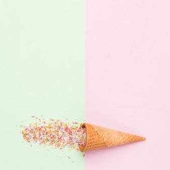 Cono di zucchero a forma di cialda e granelli di arcobaleno