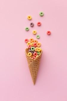 Cono di zucchero delizioso con cereali