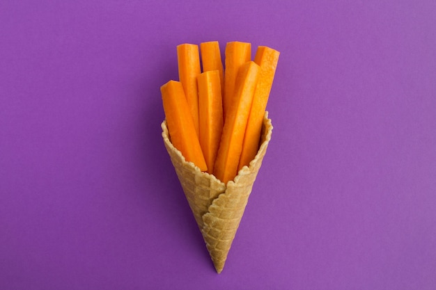 Cono gelato con carote affettate al centro della violetta