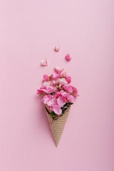 Cono gelato con petali rosa