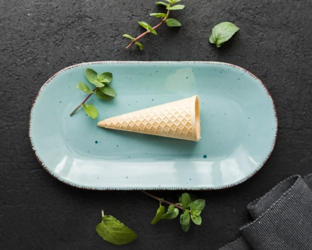Cono gelato di vista superiore su un piatto
