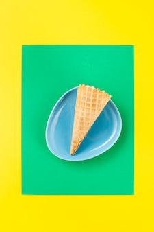 Cono gelato minimalista in un piatto