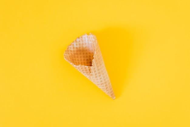 Cono gelato su giallo, piatto, minimalismo