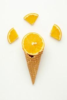 Cono gelato vista dall'alto con arancia