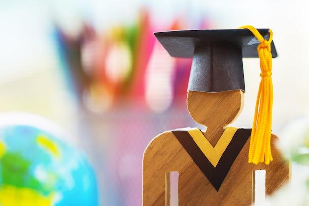 Conoscenza dell'apprendimento apprendimento all'estero idee internazionali. la gente firma il legno con la laurea