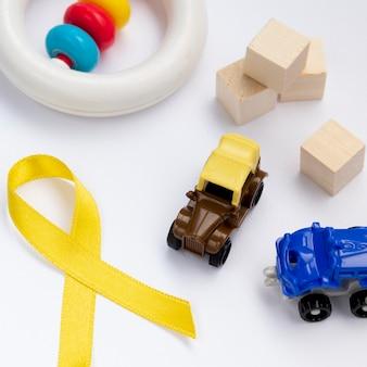 Consapevolezza del cancro ad alto angolo con nastro e giocattoli