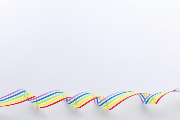 Consapevolezza del nastro arcobaleno orgoglio comunità lgbt su sfondo bianco.